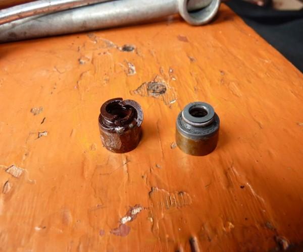 маслосъёмные колпачки приходят в негодность, что сопровождается разрушением и отслоением кусочков резины в изделии